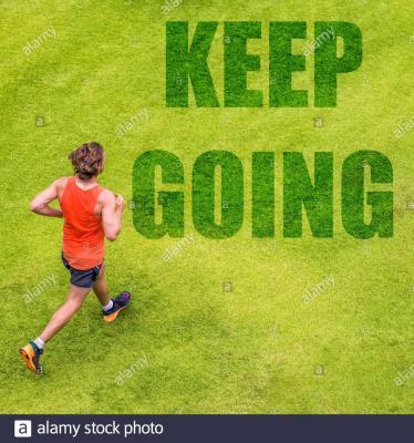 running-fitness-inspiration-motivation-nachricht-auf-gras-textur-geschrieben-mann-laufer-mit-text-weiter-auf-hintergrund-fur-motivierende-zitat-2cen7tg.jpg