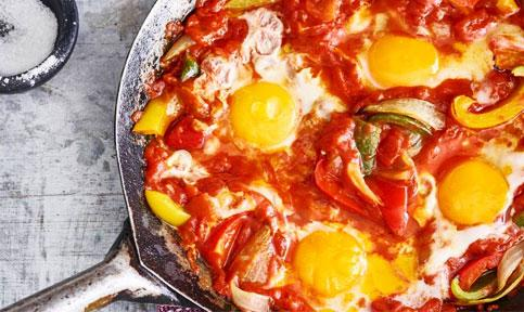 Shakshuka cu paine sau oua in sos tomat